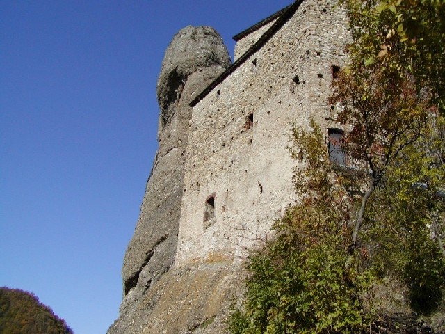 Il Castello della Pietra visto dal sentiero dei Castellani
