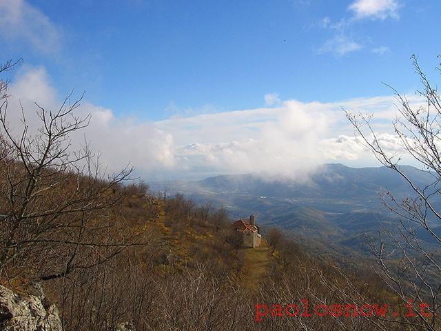 La chiesetta di S. Calocero, scendendo dalla vetta del Castellermo